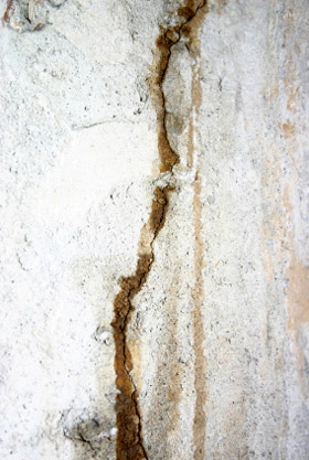 Photo of cracked foundation wall with water seepage